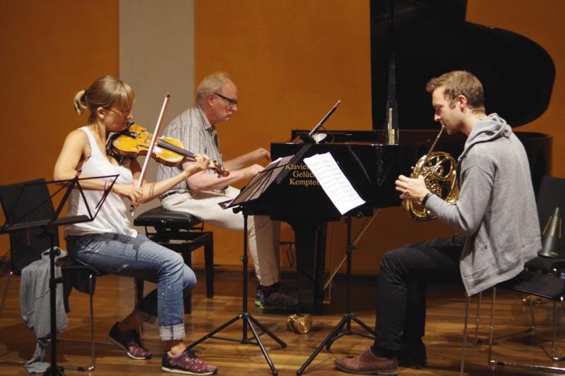 Proben 19.09.2016 - Eriikka Maalismaa (Violine), Bengt Forsberg (Klavier) und Alec Frank-Gemmill (Horn) (Foto: Christine Tröger)
