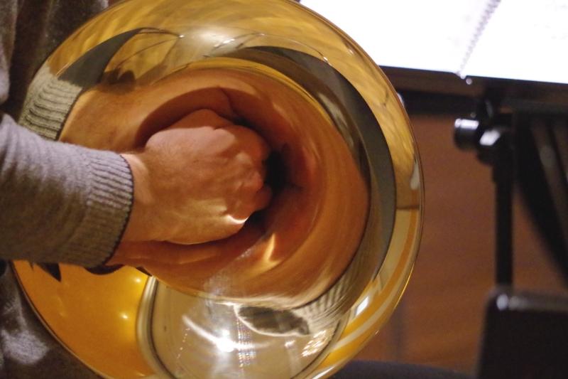 Proben 19.09.2016 - Die Hand von Alec Frank-Gemmill in seinem Horn. (Foto: Christine Tröger)