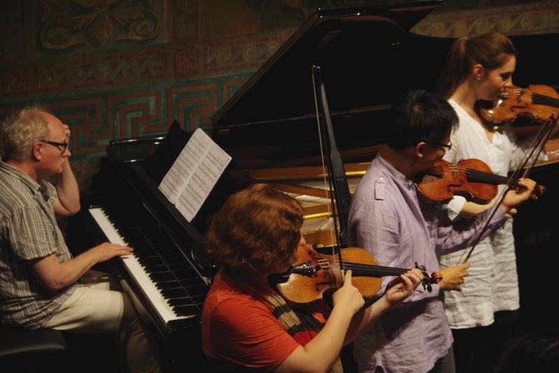 Proben 19.09.2016 - Bengt Forsberg (Klavier), Natalia Prishepenko (Violine), Dan Zhu (Violine) und Nina Karmon (Violine) (Foto: Christine Tröger)
