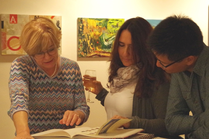 20.09.2016 - Abendessen bei Baurs: Gastgeberin Ulrike Baur tauscht mit Eszter Haffner Erinnerungen aus ... (Foto: Christine Tröger)