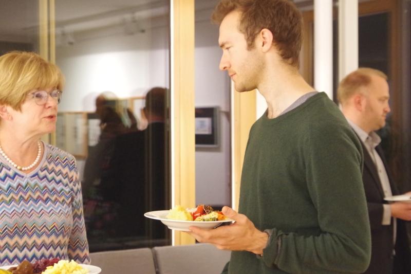 20.09.2016 - Abendessen bei Baurs: Ulrike Baur im Gespräch mit dem Hornisten Alec Frank-Gemmill. (Foto: Christine Tröger) Impressionen 2016, Dienstag, 20.09.2016IMGP8017.JPG