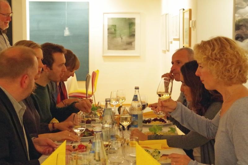 20.09.2016 - Abendessen bei Baurs: Intensive Gespräche der Künstler auch beim Essen. (Foto: Christine Tröger)