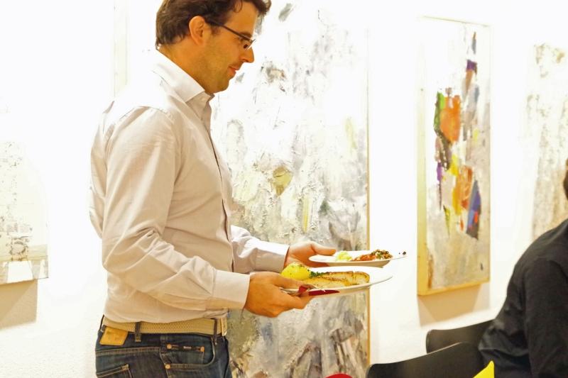 20.09.2016 - Abendessen bei Baurs: Violinist Amaury Coeytaux beim Service. (Foto: Christine Tröger)