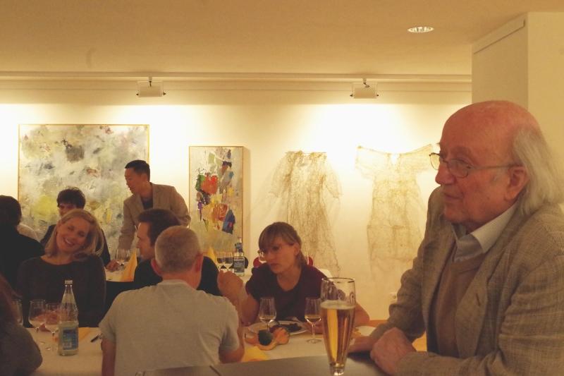 20.09.2016 - Abendessen bei Baurs: Dr. Franz Tröger, trotz seiner 80 Jahre immer noch umtriebiger Organisator, gönnt sich ein Päuschen beim Bier. (Foto: Christine Tröger)