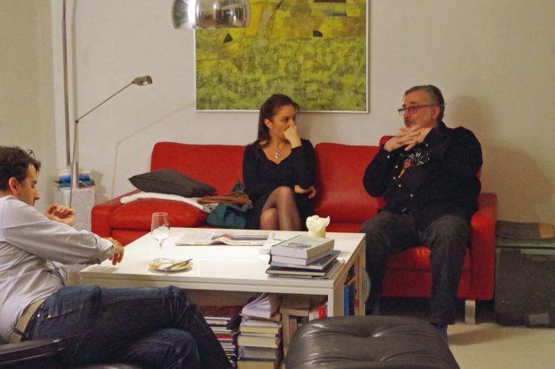 20.09.2016 - Abendessen bei Baurs: Nina Karmon und Vladimir Mendelssohn im ruhigen Gespräch während Amaury Coeytaux (links) Luftgeige spielt. (Foto: Christine Tröger)