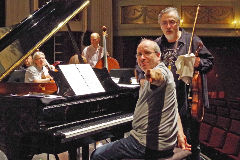 """21.09.2016 - Proben: Pianist und künstlerischer Leiter des Festivals Oliver Triendl: """"Hier gehts lang ..."""" (Foto: Christine Tröger)"""