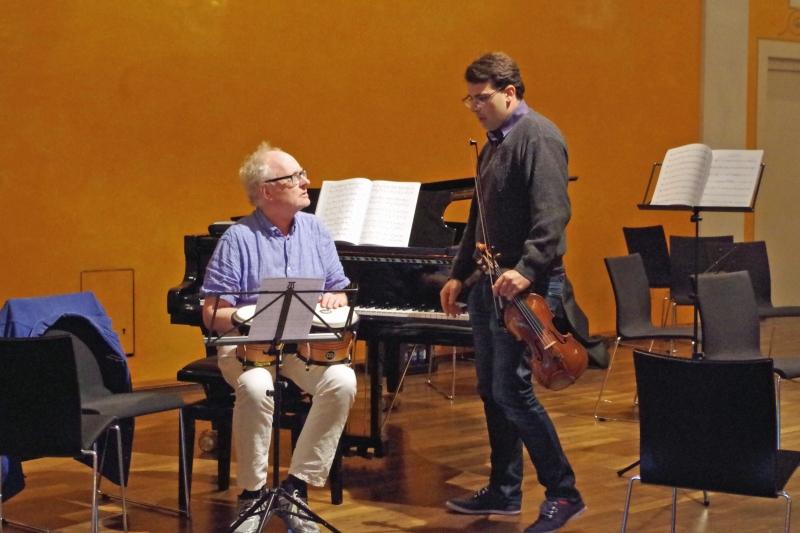 21.09.2016 - Proben: Bei der Sonate Nr. 2 für Violine und Klavier von George Antheil muss Bengt Forsberg (Klavier) auch Bongos spielen, gut beraten von Amaury Coeytaux (Violine) ... (Foto: Christine Tröger)