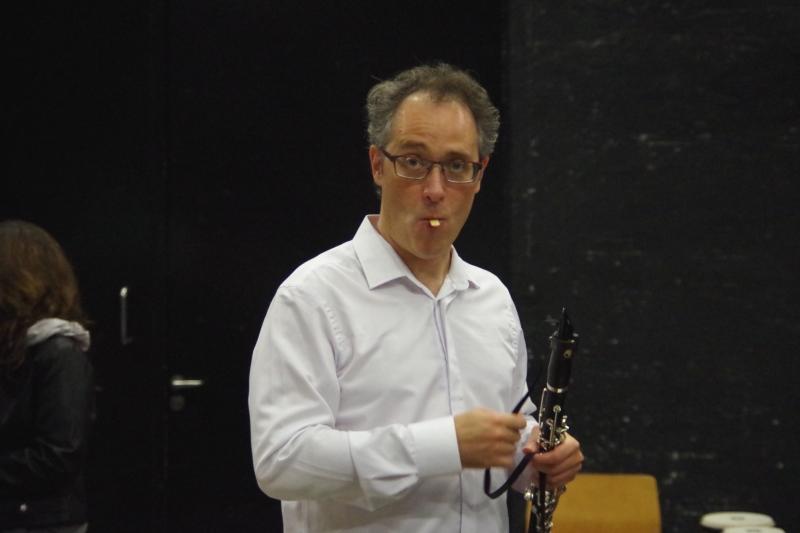 21.09.2016 - Hinter der Bühne: Chen Halevi (Klarinette) bearbeitet noch sein Rohrblatt. (Foto: Christine Tröger)