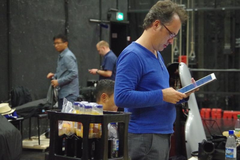 22.09.2016 - Hinter der Bühne: Chen Halevi (Klarinette) prüft sein Tablet, denn er spielt im Konzert aus digitalen Noten. (Foto: Christine Tröger)