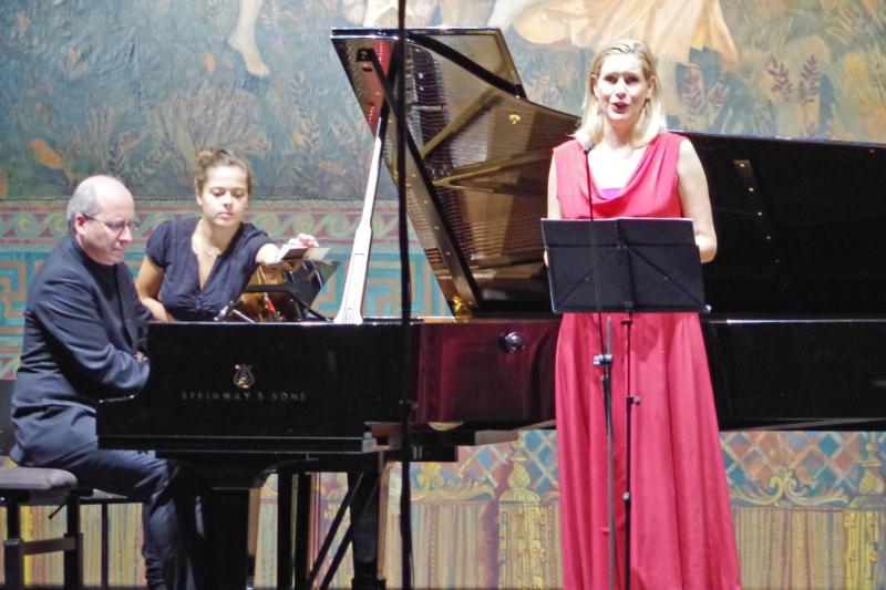 23.09.2016 - Konzert: Auch an diesem Abend war die wunderbare Stimme von Sophie Klußmann (Sopran) zu hören. Hier mit Liedern von Viktor Herbert, begleitet von Oliver Triendl am Klavier. (Foto: Christine Tröger)