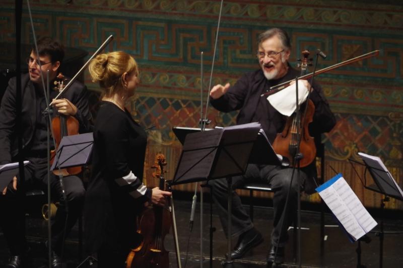 23.09.2016 - Konzert: ... begeisterte Künstler wie Publikum enorm (hier gratuliert Kollege Vladimir Mendelssohn) ... (Foto: Christine Tröger)