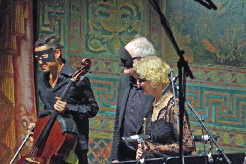 23.09.2016 - Konzert: Trey Lee (Violoncello), Bengt Forsberg (Klavier) und Anna Garzuly-Wahlgren (Flöte) erzeugten auch mit Masken meditative Klänge ... (Foto: Christine Tröger)