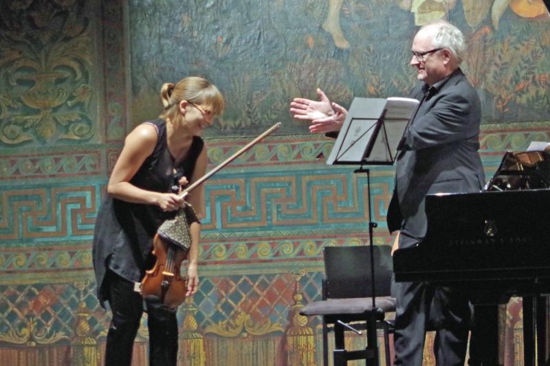 25.09.2016 - Konzert: ... und im Konzert gelang die »Red Violin Chaconne« ganz famos. Pianist Bengt Forsberg gratuliert der Geigerin Eriikka Maalisma. (Foto: Christine Tröger)