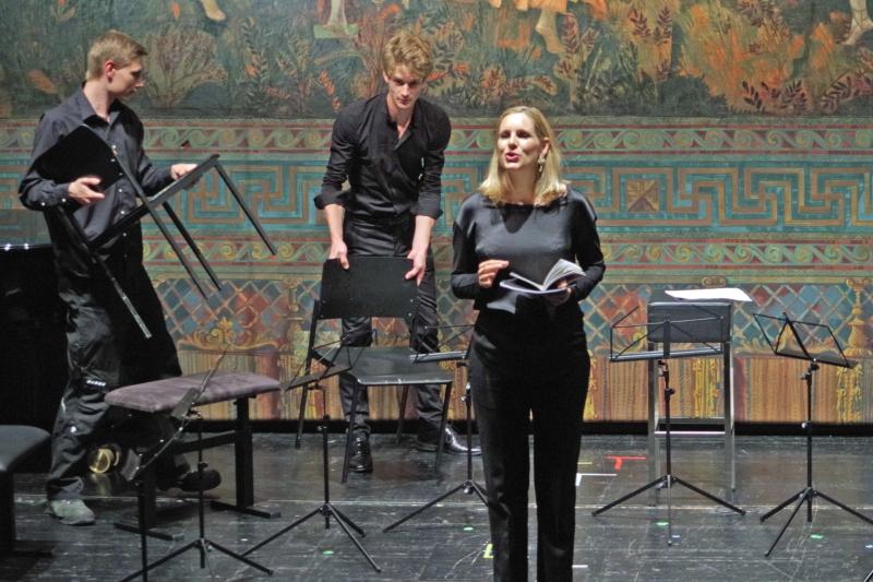 25.09.2016 - Konzert: Ansage der Sänger Sophie Klußmann - kleine Umstellung im Programm. (Foto: Christine Tröger)