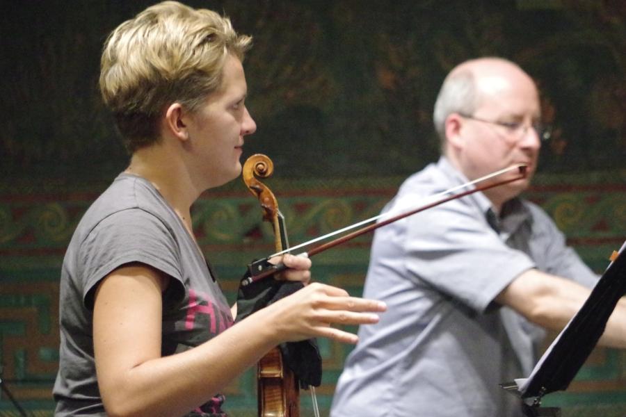 Samstag/Sonntag 23./24.09.2017 - Proben: ... Vineta Sareika (Violine) und Oliver Triendl (Klavier) überlegen noch ...  (Foto: Christine Tröger)