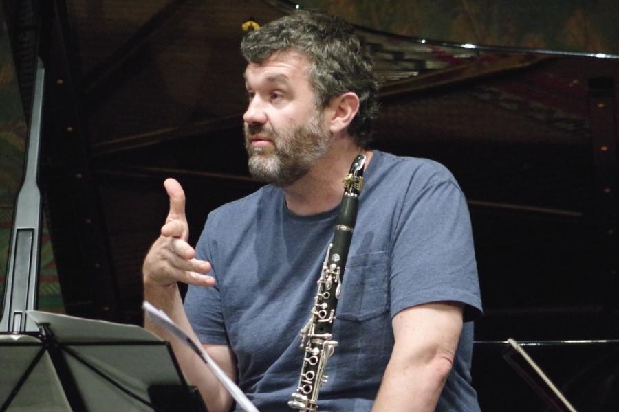 Samstag/Sonntag 23./24.09.2017 - Proben: ... Matthew Hunt (Klarinette) meint »vielleicht so« ...  (Foto: Christine Tröger)