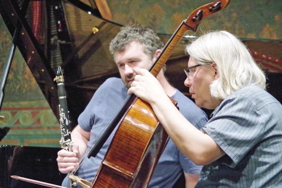 Samstag/Sonntag 23./24.09.2017 - Proben: ... was spielt hier eigentlich das Violoncello von Peter Bruns ...  (Foto: Christine Tröger)
