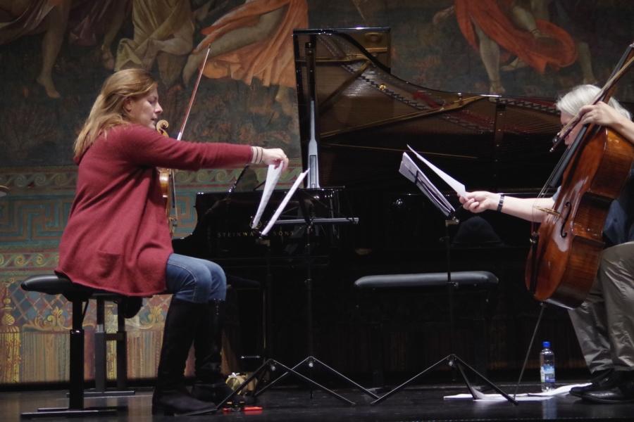 Samstag/Sonntag 23./24.09.2017 - Proben: Elisabeth Kufferath (Violine) und Peter Bruns (Violoncello) sortieren ihre Notenblätter. (Foto: Christine Tröger)