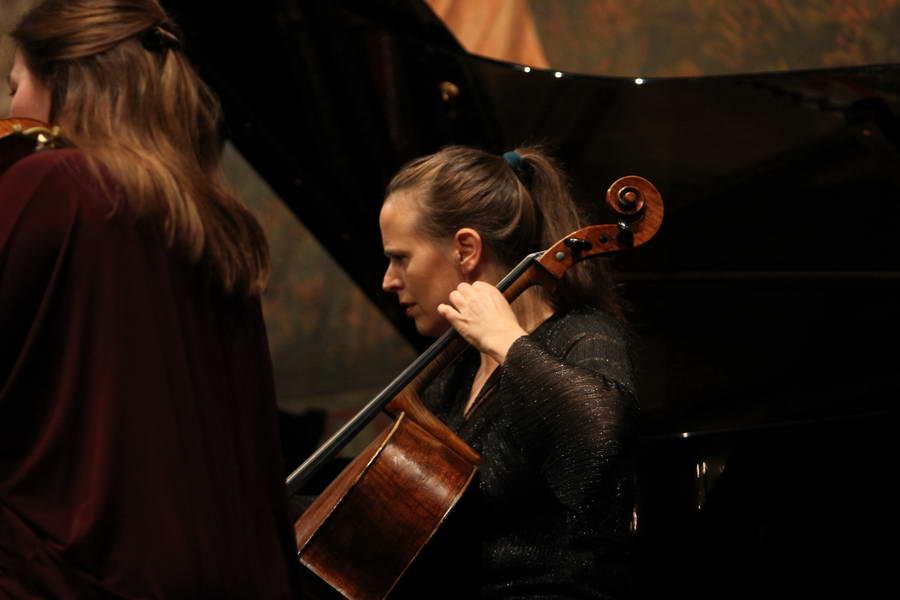Eröffnungskonzert 24.09.2017: Amy Norrington (Violoncello) beim ersten Stück des Festivals ›Pannonia boundless‹ von Aleksandra Vrebalov (*1970) ... (Foto: Achim Crispien)