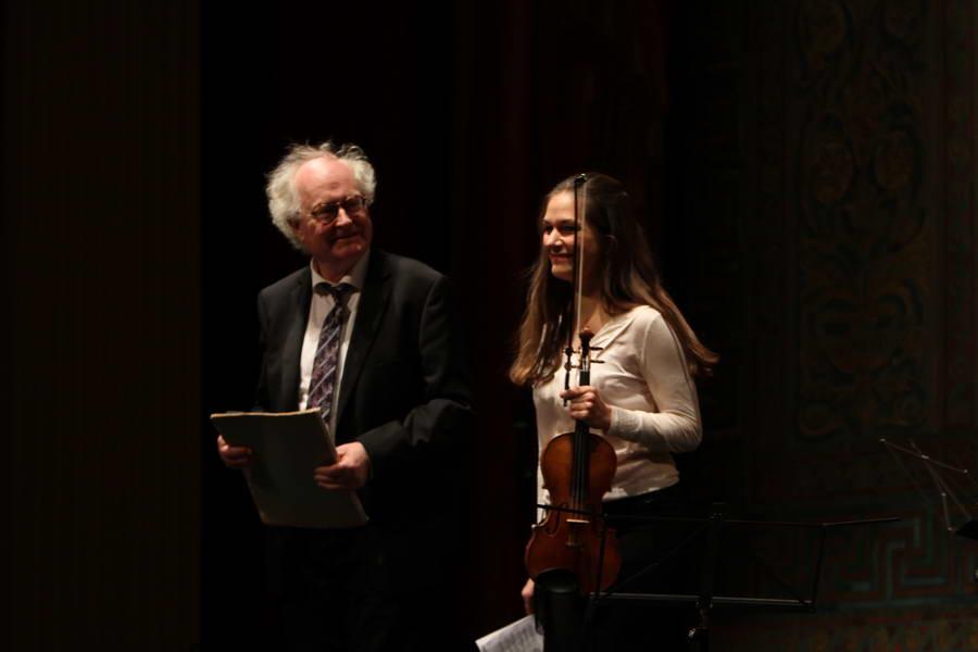 Eröffnungskonzert 24.09.2017: Bengt Forsberg (Klavier) und Lena Neudauer (Violine) kommen auf die Bühne ... (Foto: Achim Crispien)