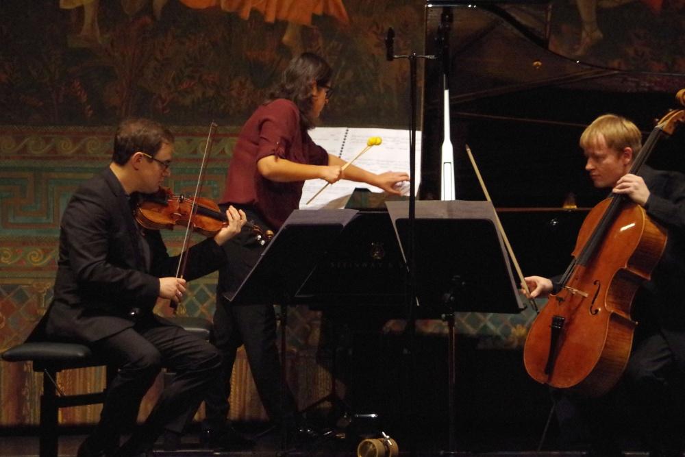 23.9.2018 - Konzert: ... spielt die Komponistin Virginia Guastella das Klavier nicht nur mit Tasten ... (Foto: Christine Tröger)
