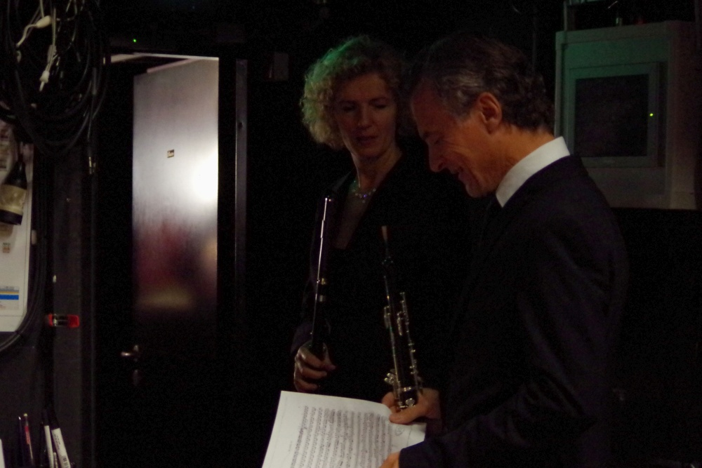23.9.2018 - Konzert: Hinter der Bühne warten schon Anna Garzuly-Wahlgren (Flöte) und Olivier Doise (Oboe) für die Zugabe ... (Foto: Christine Tröger)