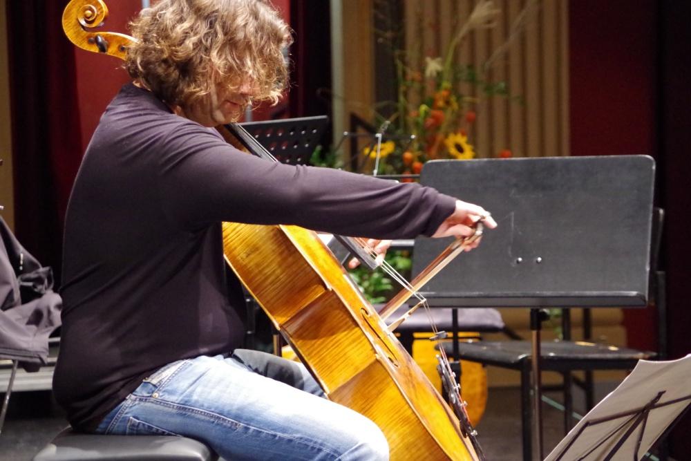 25.9.2018 – Proben: Cellist Justus Grimm übt seine Solostellen. (Foto: Christine Tröger)