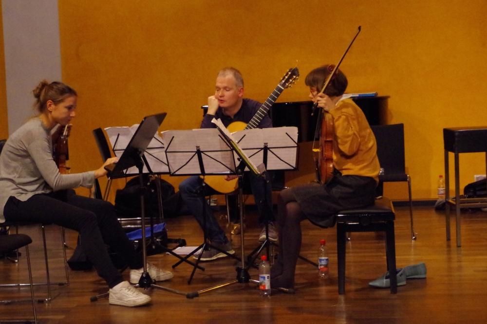 25.9.2018 – Proben: Rosanne Philippens (Violine), Ismo Eskelinen (Gitarre) und Lilli Maijala (Viola) nachdenklich bei ... (Foto: Christine Tröger)