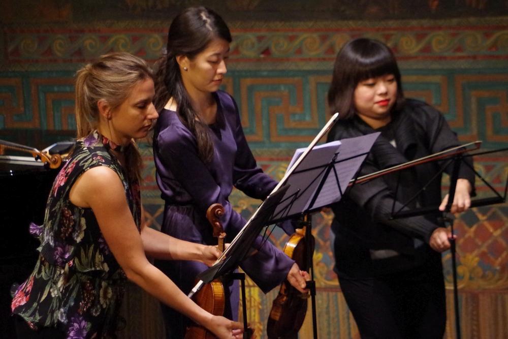 26.9.2018 – Konzert: ... Rosanne Philippens (Violine 1), Christel Lee (Violine 2) und Yura Lee (Violine 3) richten noch ihre Notenständer ein ... (Foto: Christine Tröger)
