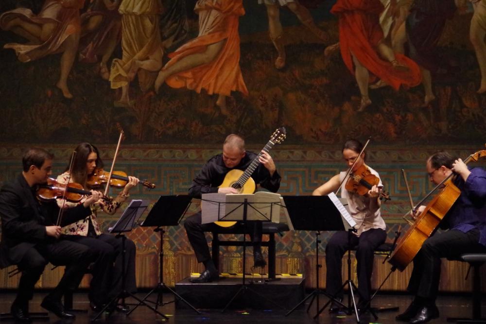 26.9.2018 – Konzert: ... mit Mario Castelnuovo-Tedescos (1895-1968) Quintett op. 143 für Gitarre und Streichquartett beginnen. (Foto: Christine Tröger)