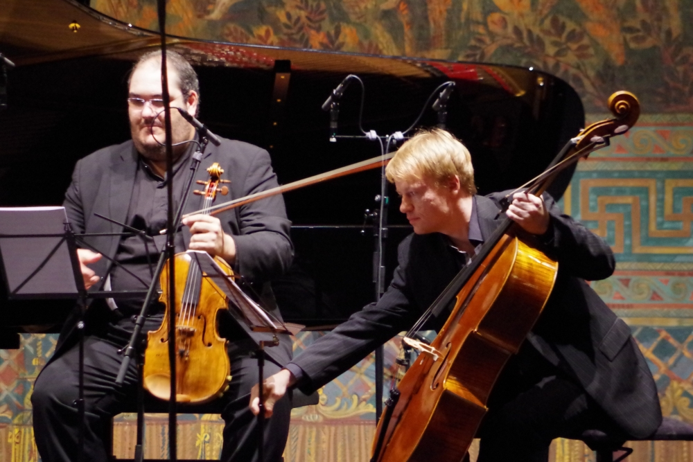 27.9.2018 – Konzert: Joaquín Riquelme García (Viola) und Mischa Meyer (Violoncello) richten noch die Noten ... (Foto: Christine Tröger)