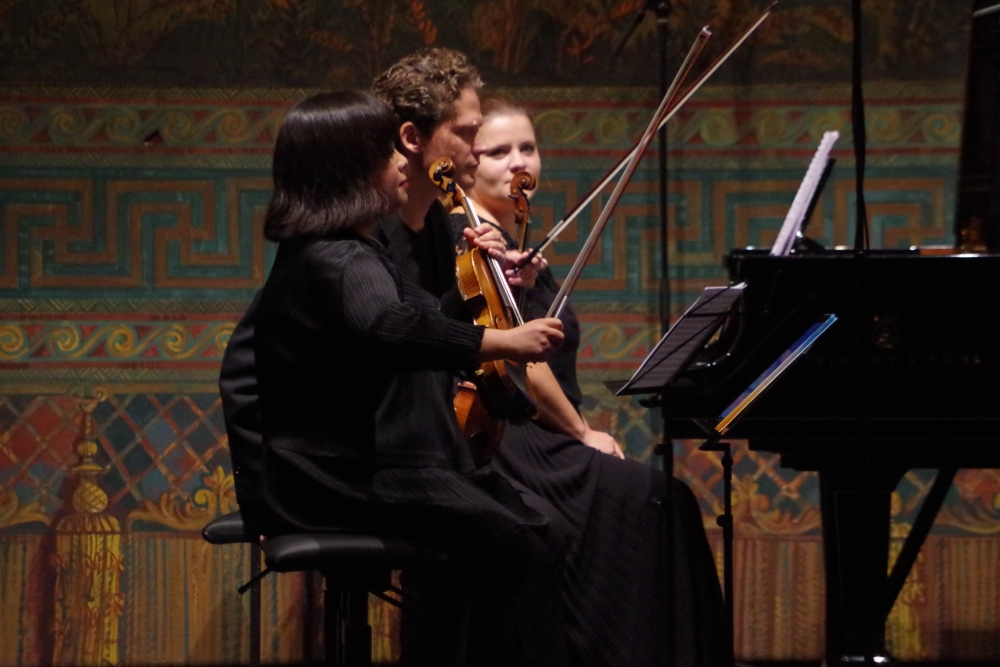 27.9.2018 – Konzert: Yura Lee (Violine 1), Corey Cerovsek (Violine 2) und Lauma Skride (Klavier) in Wartestellung ... (Foto: Christine Tröger)
