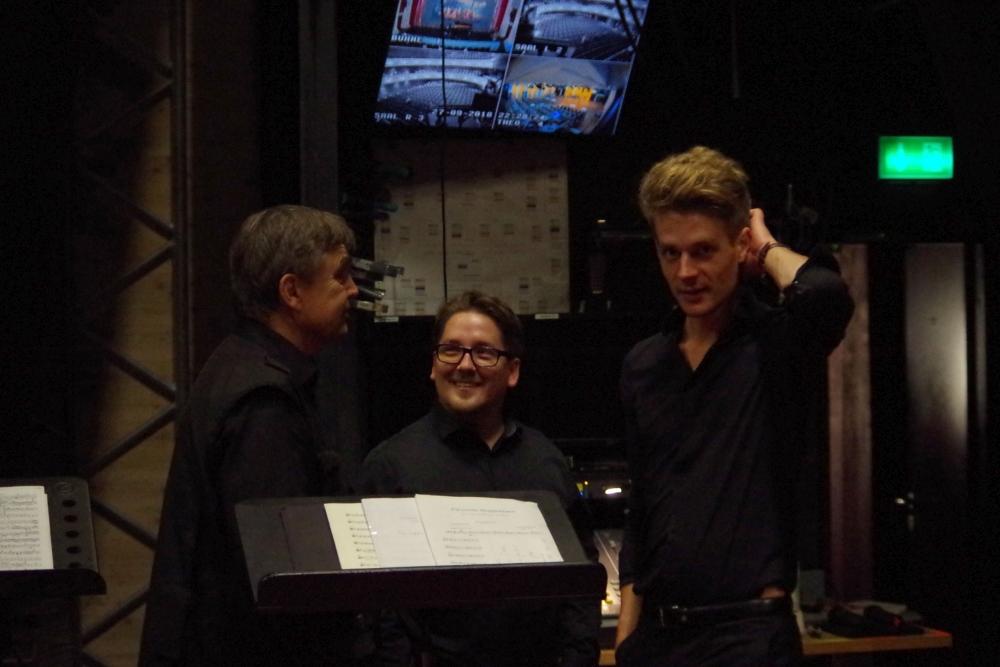 27.9.2018 – Konzert: und auch die Bühnenmannschaft scheint zufrieden. Danke an alle! (Foto: Christine Tröger)