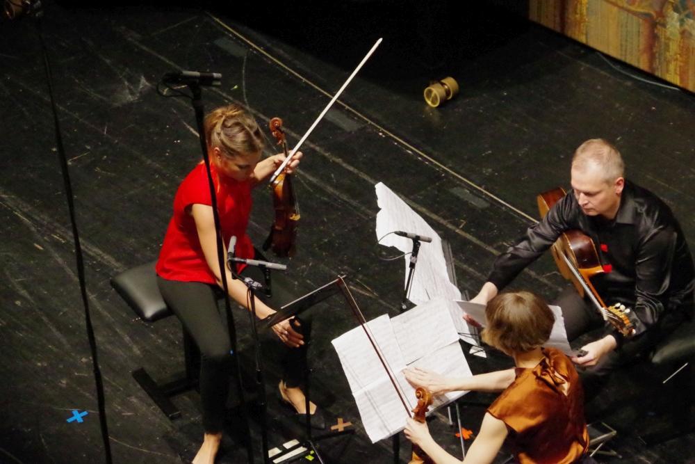 29.9.2018 – Konzert: ... Rosanne Philippens (Violine), Ismo Eskelinen (Gitarre) und Lilli Maijala (Viola) ... (Foto: Christine Tröger)