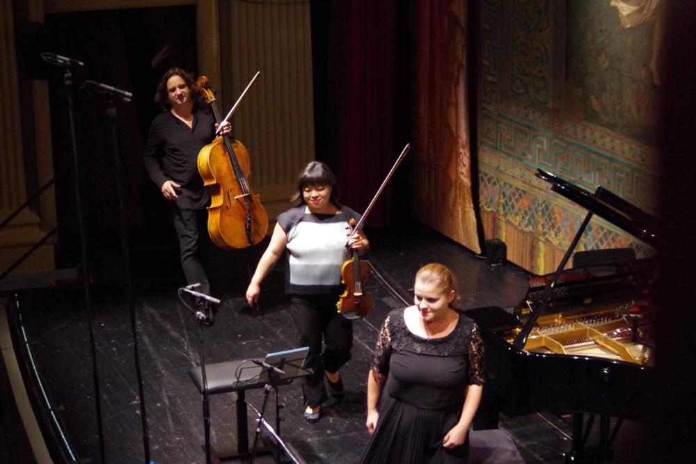 29.9.2018 – Konzert: ... werden die Künstler mehrmals auf die Bühne geklatscht. (Foto: Christine Tröger)