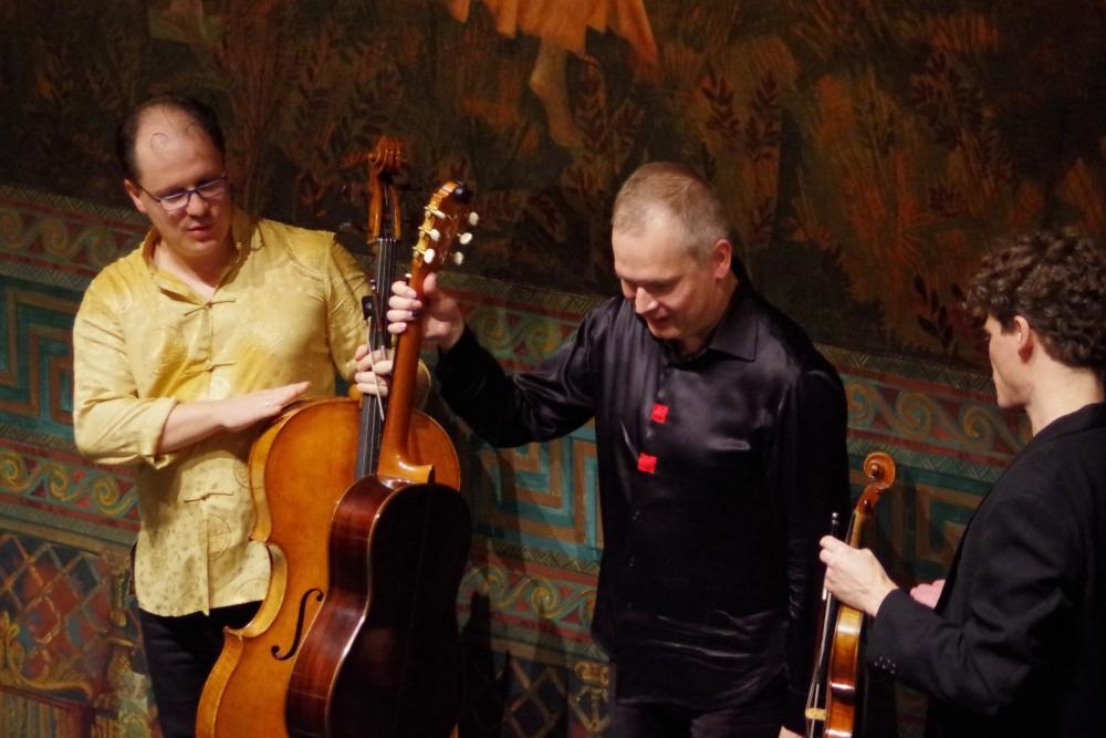 30.9.2018 – Konzert: ... Extralob von den Kollegen für den Gitarristen. (Foto: Christine Tröger)